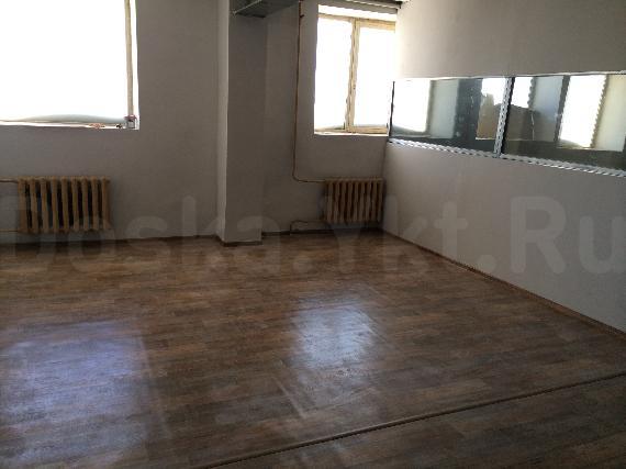 Сдаем помещения в административном здании на третьем этаже площадью 63, 65,5 и 43,5 м2 (с раковиной, полы кафель). Два туалета на этаже. 400 р/м2. ТОРГ.