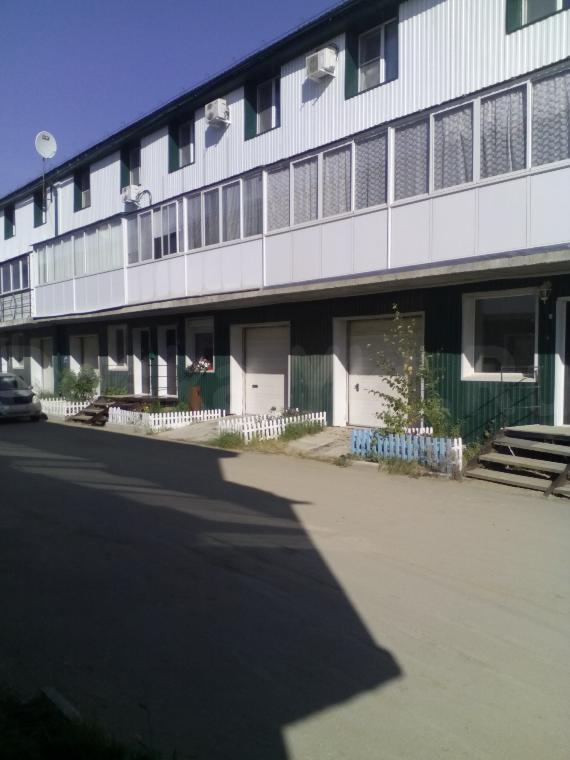 Продается отличная трехэтажная квартира таун-хауз с встроенным теплым гаражем.  В связи с отъездом продается отличная трехэтажная квартира таун-хауз, с индивидуальным входом, общей площадью 121,5 квадратных метра, 2010 года постройки, индивидуальной планировки с встроенным теплым гаражём, секционные ворота гаража с дистанционным управлением, большой застекленной лоджией вдоль всего второго этажа, рама лоджии  полная, с крышей отделанной звукоизолирующим материалом, со всеми открывающимися створками. Вся ифраструктура рядом; остановки общественного транспорта, школа, детский сад, магазины. В квартире сделан ремонт, проведен интернет, ip-tv по всем жилым комнатам, есть возможность установки домашнего телефона. Материал стен  монолит, система водоснабжения и канализации центральная, отопление  центральное, высота потолков 2,9 метра. Полы первого этажа и гараж  керамогранит, второй и третий этаж  ламинат, межэтажная лестница -  натуральное дерево. Стены оклеены натуральными обоями. На третьем этаже имеется гардеробная, санузел совмещенный. Потолок третьего этажа  тканевый, немецкой фирмы descor. Квартира очень теплая! Входная дверь двойная, первая металлическая, вторая дерево. Дверь из гаража в квартиру металлическая, из прихожей на лестничную клетку  металлическая. Придомовая территория заасфальтирована.