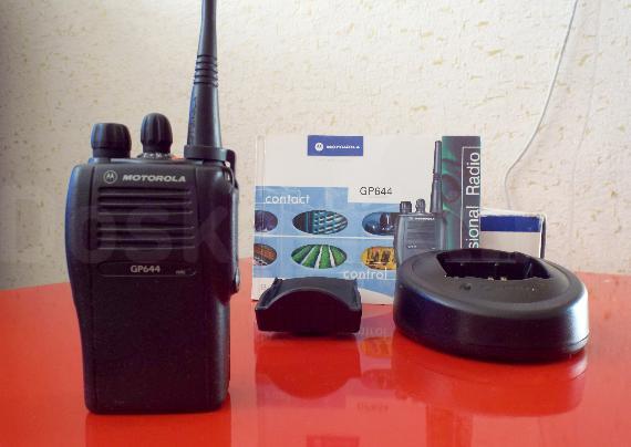 Продам мощную миниатюрную радиостанцию Motorola gp644. ТОЛЬКО СЕГОДНЯ! Цена: 16 т.р. Дальность: до 25 км! Функции: 1. Аварийный сигнал - посылает сигнал помощи заранее определенному человеку или группе людей, при нажатии на аварийную кнопку; 2. Таймер ограничения разговора, обеспечивающий более эффективное использование каналов радиосвязи; 3. Оповещение о пропущенных вызова; 4. Динамическая перегруппировка абонентских групп; 4. Расширенный диапазон и программируемая сетка частот. Комплектация: упаковка, все книжки и инструкции, клипса для крепления на пояс, антенна, 2 (!) аккумулятора,  зарядное устройство и сама рация.