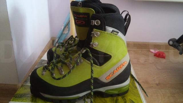 Продам ботинки Scarpa Mont Blanc GTX, размер 38, новые, привезены из Японии, сделаны в Италии, не подошел размер. Новые ботинки стоят 26 000 руб. Scarpa MONT BLANC GTX - ботинки для классического альпинизма или сложного высокогорного трекинга. В этих ботинках сосредоточены все новейшие технологии и самые качественные материалы, что позволяет этой альпинистской обуви быть максимально теплой, комфортной и удобной, обеспечивать надежное сцепление с любыми поверхностями (скалой, льдом, снегом) и при этом быть достаточно легкой.  •    Каждый ботинок изготавливается из цельного куска нубука толщиной 3 мм со специальной водоотталкивающей пропиткой. Таким образом, получается минимальное количество швов, благодаря чему ботинок не промокает. •    Мембрана GORE-TEX Insulated Comfort идеально подходит для холодного климата, эфективно защищает ваши ноги и отводит лишнюю влагу •    Совместимы с любым типом кошек •    Двойной язык •    Снегозащитный манжет. •    Резиновая накладка по всему периметру ботинка защищает кожу от износа при скоростных спусках по осыпям. •    Промежуточная подошва: PRO-FIBER XT 20 •    Подошва Vibram Total Tracion.  С мембраной Реальный вес 2 кг.