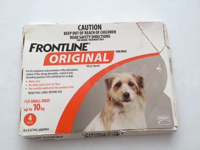 СРЕДСТВО ОТ ПАРАЗИТОВ Фронтлайн (Frontline)   Frontline в каплях предназначены для собак массой 10 кг. Средство эффективно  защищает от появления клещей в течение 1 месяца, от блох - 2-2,5 месяцев.  Показания: Профилактика и борьба с эктопаразитами.  Продолжительность защиты от повторных инвазий: 2 месяца от блох и 1 месяц от клещей.  Применение: Одна пипетка рассчитана на однократную обработку с учетом веса животного. Отломить кончик пипетки в обозначенном месте. Нанести содержимое прямо на кожу в области холки (между лопатками), предварительно раздвинув шерсть, чтобы избежать слизывания. Меньше, чем за 24 часа естественным образом препарат сам распространяется по всей поверхности тела Вашего животного. Избегайте попадания продукта на руки. Побочные эффекты: В случае вылизывания может наблюдаться временная гиперсаливация.  Рекомендации: Не купать животное в течение двух дней до и после нанесения препарата.  Как и для всех инсектицидов: - мыть руки с мылом после применения; - во время применения препарата не разрешается курить, пить и применять пищу; - препарат хранить в недоступном для детей месте.  Противопоказания: Не выявлено.