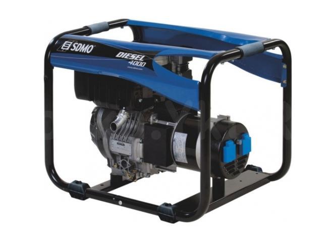 НОВЫЙ!  Профессиональный портативный дизельный генератор SDMO Diesel 4000 C  Предназначен для интенсивной эксплуатации в тяжелых условиях, на строительных площадках, для резервного электроснабжения при кратковременных пропаданиях основной сети.  Оснащён дизельным двигателем Kohler Diesel KD350 Fuel O.H.V. (4-х тактный, с воздушным охлаждением и верхним расположением клапанов). Автомат защиты рассчитан на 5-ти кратную перегрузку в течение 4 сек. Генератор абсолютно новый, проверен, не использовался.  Номинальная мощность - 3 кВт., максимальная - 3,4 кВт. Расход топлива, при нагрузке 70% от номинальной - 0,9 л/час. Сам генератор (альтернатор) синхронный, выдает стабильное напряжение и (в отличие более дешевого асинхронного) хорошо держит кратковременные повышенные нагрузки (пусковые токи). Вес - 70 кг.  Можно подключить любой ручной электроинструмент или сварочник. И расход топлива небольшой.