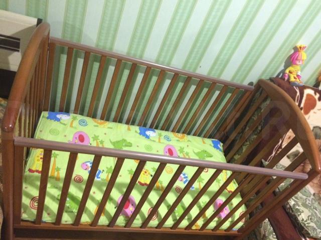 Продаю детскую кроватку с болдахином и бортиками.