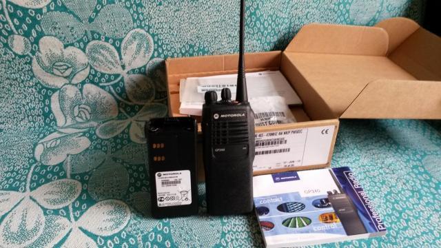 Продаю новую носимую радиостанцию UHF-диапазона (400-470МГц) Motorola GР-340 (16 каналов). В комплекте: рация, аккумулятор, антенна, зарядное устройство 220 Вольт. Запрограммирую необходимые частоты (программируется на любительские диапазоны LPD и PMR)