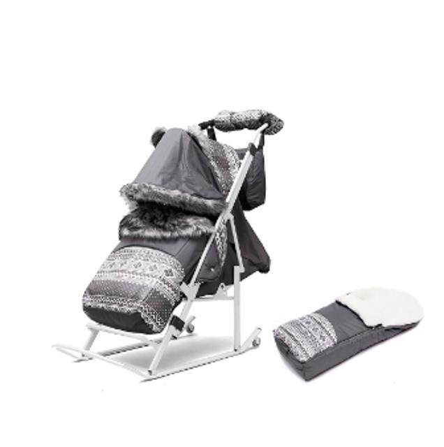 Продаю новые санки-коляска Скандинавия.Складной козырёк, 3 положения спинки, подставка для ног, ремни безопасности, муфта для рук, сумка для мамы,перекидная ручка. Также в комплекте есть теплый меховой конверт для дополнительного тепла и переноски малыша.