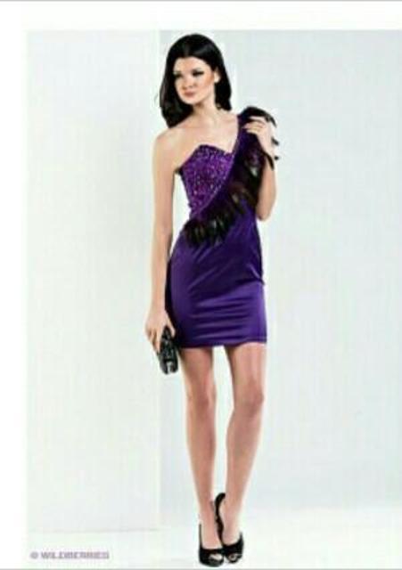Продаю платье 44 разм., производство Великобритания, расшитое камнями и с перьями, одевала один раз.