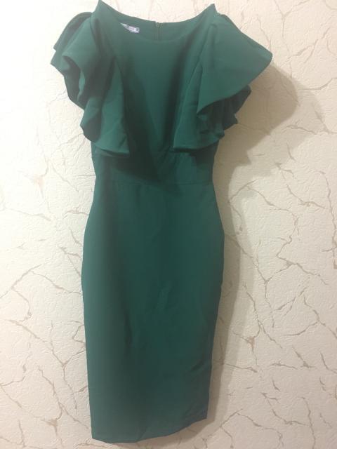 Платье красивого зеленого оттенка. Размер 40-42. Носилось один раз. Торг
