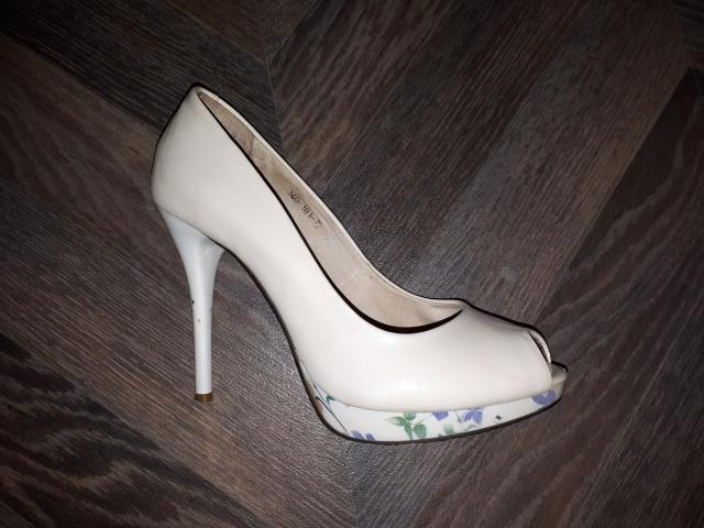 Туфли из натуральной кожи, бежевого цвета (молочного) с цветочным рисунком на платформе и каблуке. Состояние хорошее. Коробка есть, в комплекте запасные набойки. По ватсаппу.
