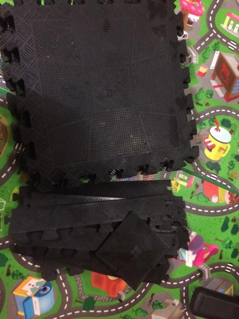 Продаю резиновые ковры собирающиеся для спортинвентаря диаметр одного куба 43,8мм ударопрочные качественные в комплекте 6квадратов с уголками.По отдельности непродаю!!!