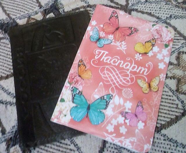 Две обложки на паспорт (одна б/у, розовая новая)  отдам за одно шоколадное яйцо.  Также рассмотрю ваши варианты.  Ватсап