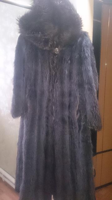Шубу енот продам, размер 42-44 рукава немного укороченны, состояние хорошее, цена 4000