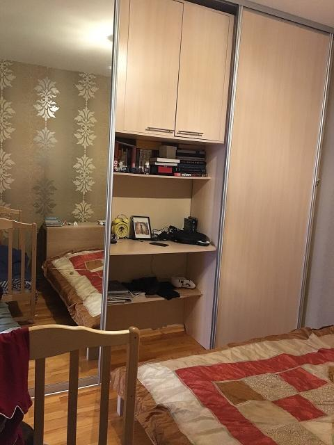 Продаётся квартира в Октябрьском районе. Евро-2. Гостиная и кухня объединены+отдельная спальня, совмещённый санузел и просторная лоджия. Квартира очень тёплая, на полу постелен паркет, ни паркетная доска, ни ламинат, а именно штучный, натуральный паркет. Так же квартира продаётся полностью меблированная (все как на фото) и укомплектованная бытовой техникой (тв, холодильник, стиральная и посудомоечные машины, утюг, wi-fi роутер и другие приятные мелочи). На лоджии утеплённые полы, тёплыми вечерами очень приятно пить чай за просмотром фильма (выведена розетка), а все, временно не нужные, вещи можно хранить в кладовой (у каждой квартиры своя), которая находится на площадке этажа. Рядом с домом несколько остановок, рестораны «Мусс Хайа» и «Китагава», муниципальный детский садик, бассейн и многое другое. В подъезде домофон, консьерж и очень милые соседи. 3 этаж из 9, окна выходят во двор.Приходите, смотрите, спрашивайте.
