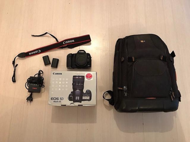 Продаю фотоаппарат Canon 5DMark 3 Body (только тушка) + две батареи. Есть зарядное устройство, ремень, коробка. В подарок фотосумка LowePro и SD-карта на 64ГБ. Есть косяки по внешнему виду, работает исправно.