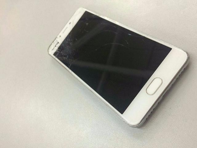 Продам Meizu M3S 16Gb White, состояние 3/5 На экране паутинка не влияющая на работу, сенсор на кнопке Home не работаетфизическая кнопка рабочая, чутка тупит вход зарядки, по корпусу жизненные царапины. В комплекте только сам телефон и зарядник, не криминал.  Отлично работает, быстрый, не лагает. Любые проверки, честный торг при осмотре реальному покупателю.