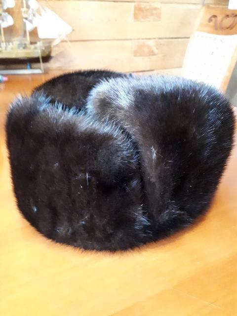 Продам 2 норковые шапки ушанки 56-58р-р: ( 1-обманка-5000р) (2-целековая-10000) в хорошем состоянии!!!! И женская-соболь-56 р-р-10000р
