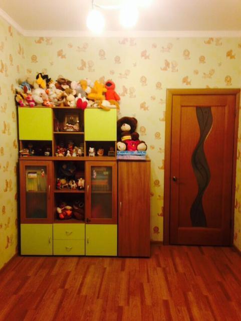 Продаю детскую мебель для книг и игрушек: шкаф, пенал, навесная полка ( стоит на шкафу), тумбочка