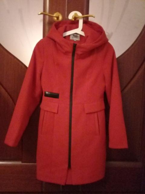 Пальто демисезонное, с капюшоном, отличного качества, рост 146, куплено в магазине Бархатный кот.