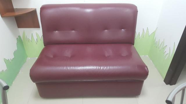 Диван, пуфик и офисные стулья распродаем в связи со сменой интерьера. Все в хорошем состоянии. Диван 8000 р., пуф 2300 р., стулья 600 р. за штуку (всего 9 шт)
