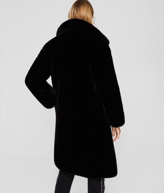 Супер крутое пальто Mango.Размер S.Заказывала с сайта,не подошел размер,абсолютно новое ни разу ненадевали,с коробкой и чеком ,как раз носить сейчас,очень пушистое и тёплое