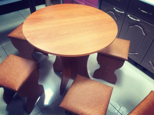Стол обеденную зону Лотос с 4 тобуретками цвет Орех размер: высота 750см, диаметр 750 цена 5500 т.р..доставка до подьезда бесплатно обр 89141108436 ватцап