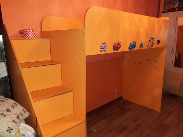кровать-чердак, спальное место и лестница-комод. высота 176, спальное место 190 в длину, высота под спальным местом - 130 - можно разместить рабочий стол или диван. ящики комода от маленького (под носки) до большого для зимних вещей. самовывоз