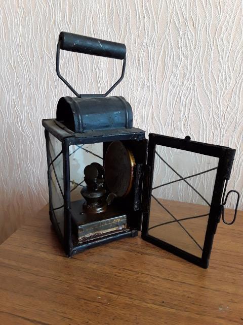 Дореволюционный керосиновый фонарь,железнодорожного обходчика. 1904 год. Направленного свечения,есть отражатель. Фонарь новый в 100% сохране, масленное нанесение. Такие же фонари на кареты устанавливали ,на корпусе есть два крепления ввиде изогнутых складных зажимов.