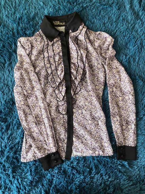 Прелестная шифоновая блузка с контрастной отделкой, оборки спереди придадут пикантный объём вашей груди 😉 размер 40-42. Очень качественная вещь 👍🏼