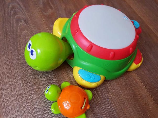 Продам музыкальную черепашку, несколько режимов игры. Разборная: голова черепахи-маракас, хвостик-дудочка, маленький черепашенок-кастаньет, тело-барабан, и можно миксовать.