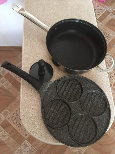 Диаметр сковороды с формами 26,5 см идет с прессом, вторая д по дну 22 см по верхнему краю 25 см. Продаются вместе, цена указана за обе.