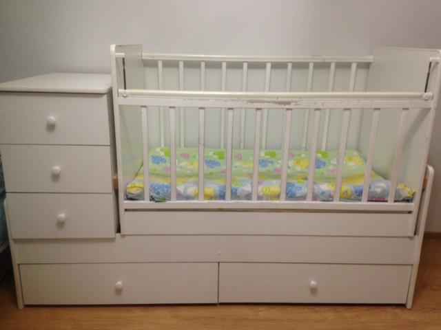 Продаю белую детскую кровать-трансформер в хорошем состоянии.Подойдет для девочек,так и для мальчиков до подросткового возраста👍Причина продажи:ребенок спит с мамой.