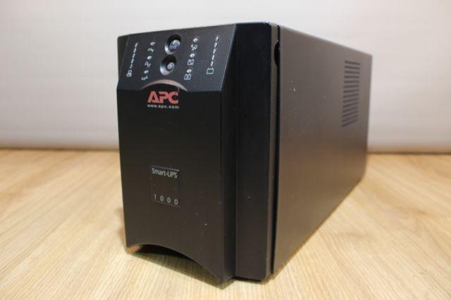 APC Smart-UPS SUA1000I  Технические характеристики  Тип интерактивный Выходная мощность 1000 ВА / 670 Вт Время работы при полной нагрузке 6.1 мин Время работы при половинной нагрузке 20.6 мин Форма выходного сигнала синусоида Макс. поглощаемая энергия импульса 320 Дж Количество выходных разъемов питания 8 (из них с питанием от батарей - 8) Тип выходных разъемов питания IEC 320 C13 (компьютерный)  Вход / Выход  На входе 1-фазное напряжение На выходе 1-фазное напряжение Входное напряжение 160 - 286 В Стабильность выходного напряжения (батарейный режим) ± 5 % Выходная частота 47 - 53 Гц Управление Интерфейсы USB, RS-232 Слот для дополнительных интерфейсов  Функциональность   Отображение информации светодиодные индикаторы Звуковая сигнализация   Батарея   Время зарядки 3 час Возможность замены батарей  Защита   Защита от перегрузки Защита от высоковольтных импульсов Фильтрация помех Защита от короткого замыкания  Габариты (ШxВxГ) 170x216x439 мм Вес 20.91 кг  Состояние хорошее , в исправном состоянии. Аккумулятор не менялся. Цена в интернет магазинах 33 000 руб. Моя цена 15000 руб - без торга