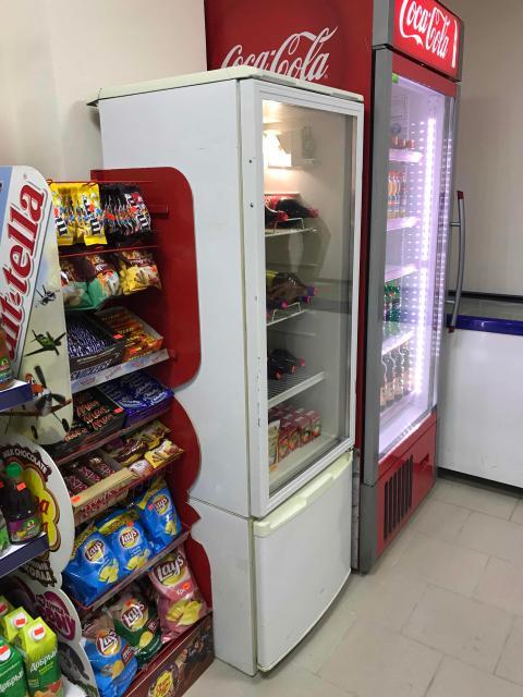 Продаю б/у работающую холодильную витрину (на фото белого цвета) Высота 170см. Торг. Самовывоз.