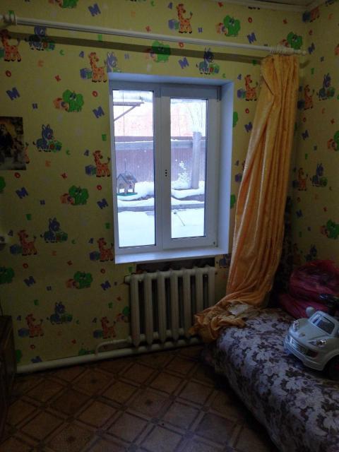 Связи с отъездом Продаю 3-х комнатную ч/б квартиру, 52,6 м2, разделенную на две отдельных квартиры, по 35,9 и 16,7 м2. Стекло пакеты. Мебель. Подъезд тёплый. В прошлом году производился ремонт в подъезде и квартирах, стены обшиты гипсокартоном, между брусом и гипсокартоном проложен изовер зимой очень тепло, холодная вода, полисадник. Вложении не требует. Рядом конечная автобуса номер 4, детский сад номер 40,оптовые базы. Две квартиры по цене одной. 1 600 000 реальному покупателю Возможен торг