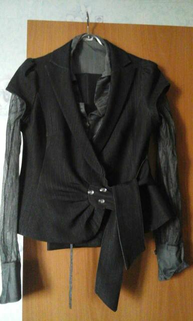 Брючный костюм тройка. Блуза прозрачная сексуального покроя с пуговками под страны, брюки прямые с напуском на каблук, жилет украшен стразами, размер 46-48