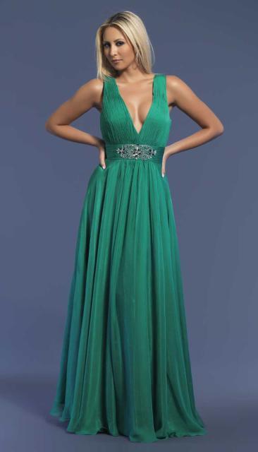 Продаю 3 платья: бальное темно-синего цвета (1000 р), в греческом стиле изумрудного цвета (3000 р), короткое красное платье с пышной юбкой и поясом (8000 р). Все платья размером 44-46. В отличном состоянии, как при покупке, без изъянов. Возможен торг, все вопросы по указанному номеру