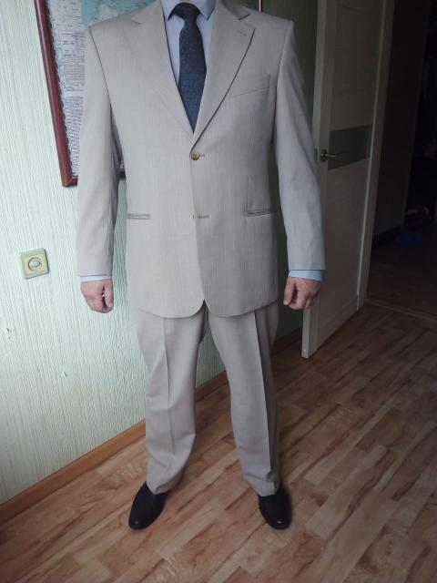 Продаю очень легкий летний костюм Donatto (пиджак, брюки). Добротный качественный материал: 80 % шерсть, 20 % полиэстер. Цвет бежевый с едва заметными полосками. Размер 52, рост 170. Одевал пару раз. После химичстки. Цена 1000 руб. без торга