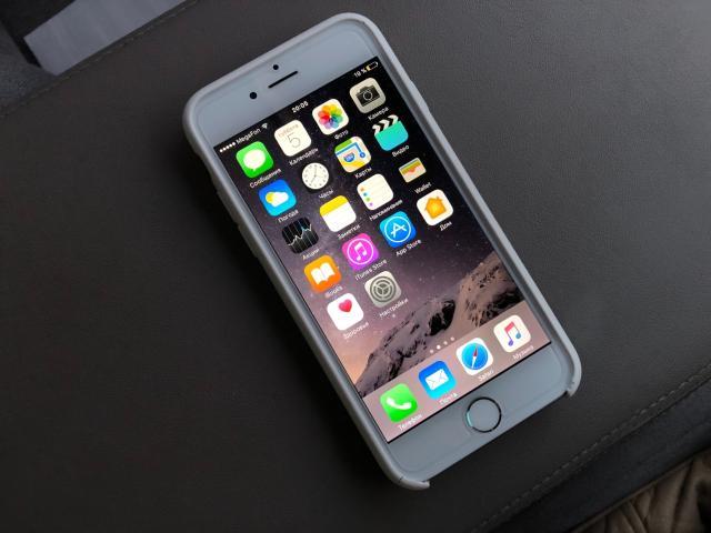 Продам Оригинальный Apple  iPhone 6 на (64GB) Серебряного цвета. С Документами. В Идеальнейшем состоянии. Абсолютно всё работает. Полный нераспечатанный комплект (наушники, адаптер, усб, документация, скрепка, родная коробка) Если вы ищите надежный, красивый и без косяков телефон, за вкусную цену, то этот айфон для вас. Если найдете царапину, сделаю скидку😉 а так Без торга! Возможен обмен на большее с моей доплатой.