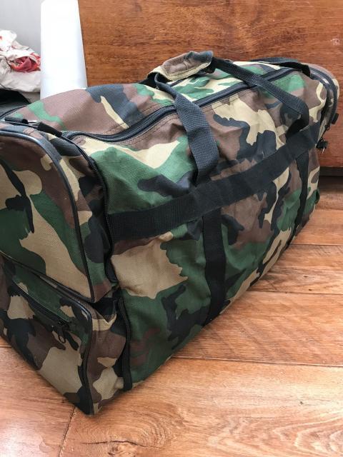 Продаю раскладную комуфлированную сумку. Сворачивается в компактную сумку. В комплекте регулируемый сьемный ремень. Идеальное состояние.