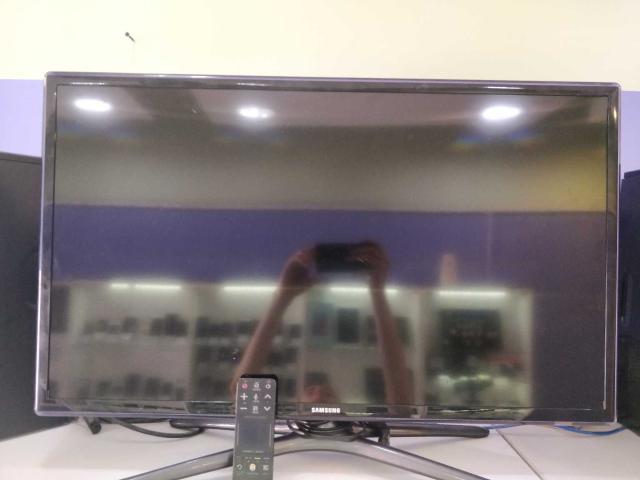 """Продаю телевизор 32"""" Smart TV с пультом"""