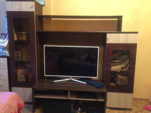Продаю стенку под телевизор. Ширина стола под телевизор 110 см.