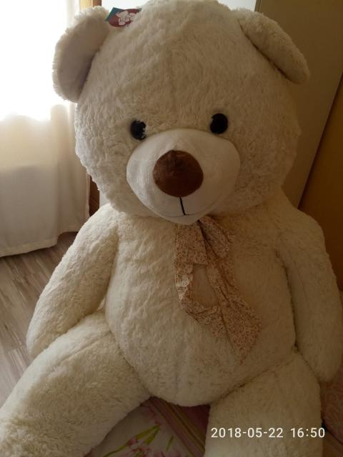 Очаровательный и удивительно мягкий плюшевый медведь гигантского размера, в сидячем положении составляет 110 см. Игрушка принесет радость и станет чудесным подарком к любому празднику!