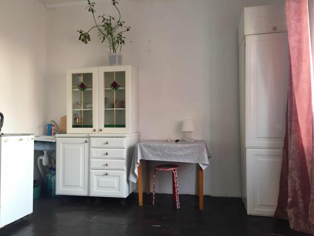 Продаётся квартира-студия 26 кв.м. вместе с лоджией 30 кв.м. С мебелью, имеется большой балкон с красивым видом на мыраан . 9 этаж из 9. На фото кухонный гарнитур пока ещё не пурикреплён к стене. Собственник один, квартира без обременений.