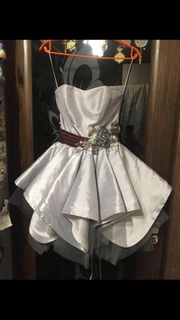 Платье одевалось один раз , все в идеальном состояние , если нужно то есть доставка