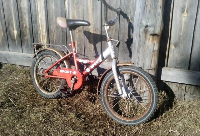 Продаю велосипед на возраст 5-7 лет. Двухколесный, полностью рабочий.Немного ржавчина  от хранения на улице. Все видно на фото.