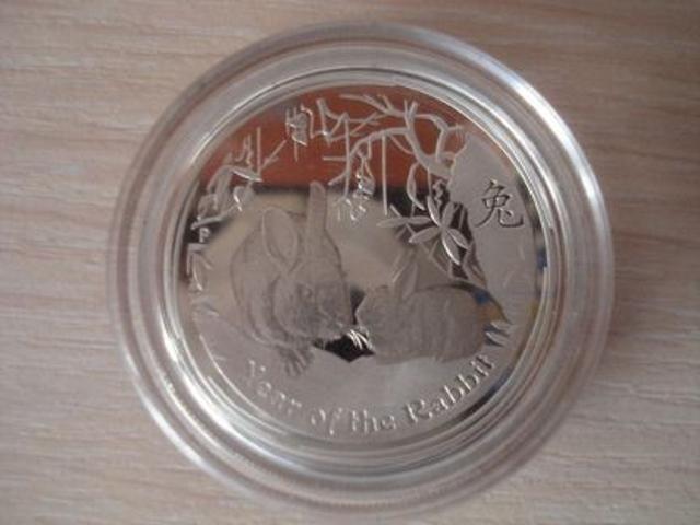"""Продаю коллекционную серебряную монету """"Лунный календарь: Год кролика""""(2011) В хорошем состоянии. Описание: На лицевой стороне монеты расположены: в центре, согласно австралийскому закону 1965 о Валюте, изображение Королевы Элизабет II, ниже номинал, вес и год, изготовления монеты- 1/2 oz, 50 центов, 2011. На оборотной стороне монет расположены: изображение двух кроликов, устраивающихся под листвой. Китайский характер для 'кролика' и надписи 'Год Кролика' также появляется в дизайне с традиционным 'P' клеймом Пертского Монетного двора. Производство/год: Австралия/2011 Материал/проба: Серебро/999 Номинал: 50 центов Тираж/порядковый № монеты: 3000/2111 Вес: 15.573г Диаметр: 36.6мм Толщина: 2.3мм Все вопросы строго в вотсап"""