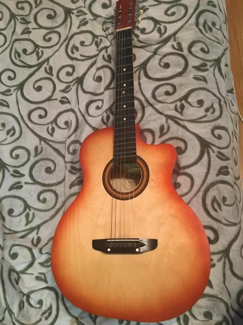 Продам гитару в отличном состоянии, для песен у костра как раз