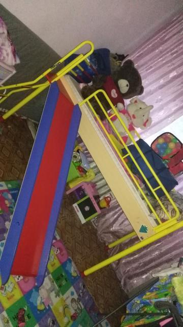 Детская кровать в хорошем состоянии с горкой