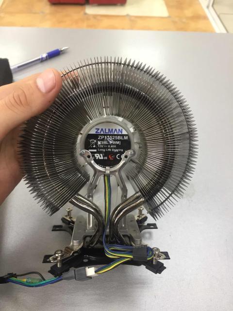 Кулер для процессора Zalman CNPS9900 MAX предлагает для охлаждения самых мощных и горячих процессоров воспользоваться не менее впечатляющей собственной рассеиваемой мощностью 300 Вт. Чтобы достичь ее, корейские конструкторы использовали лучшие технологические решения. Тепловые трубки, радиатор, основание – все изготовлено из никелированной меди. Все контакты тепловых трубок с основанием и ребрами радиаторов выполнены пайкой. Три тепловые трубки композитные: их внутренняя поверхность имеет пористое металлокерамическое покрытие и радиальные насечки, улучшающие скорость теплопередачи. Сделано все, чтобы тепло процессора перешло на пластины двухсекционного радиатора. Вентилятор кулера Zalman CNPS9900 MAX, установленный между секциями радиатора, вращается со скоростью от 900 до 1700 об/мин и создает поток воздуха до 82 CFM. Уровень шума находится в диапазоне 18-30 дБ, на минимальных оборотах вентилятора почти не слышно. Синяя подсветка подчеркивает отличный внешний вид кулера.