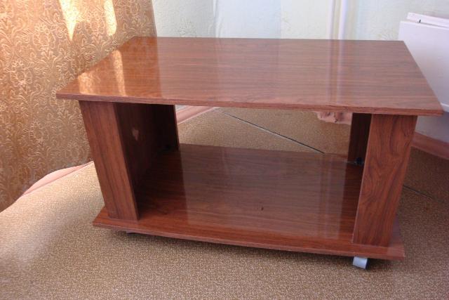 Продаю журнальный столик, длина 90 см, ширина 50 см, высота 50 см.