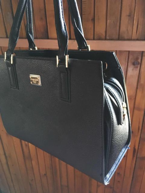 совершенно новая, большая вместительная сумка. идеально подойдет для молодых девушек, так и для дам в возрасте. внутри имеется: несколько маленьких карманов и два больших, а также имеется один внешний карман.